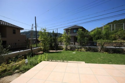 広いタイルテラスと芝庭