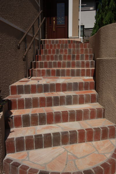 乱形石+レンガの階段