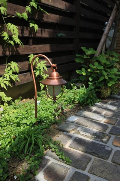 古レンガと植栽とパスライト
