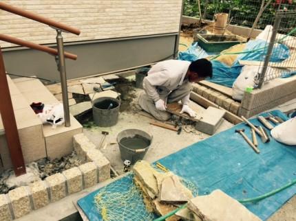 石の削り作業