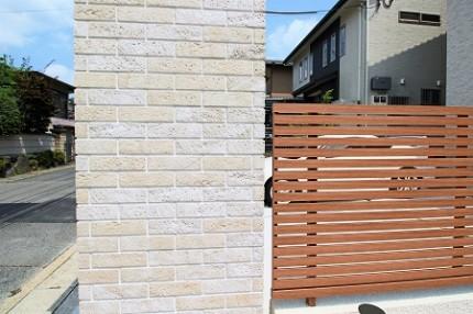 ゲート LIXILロビン貼