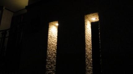塀のスリットからのライト