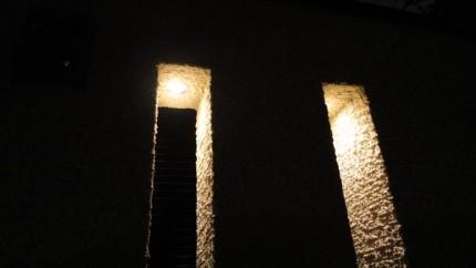 スリットからこぼれる光