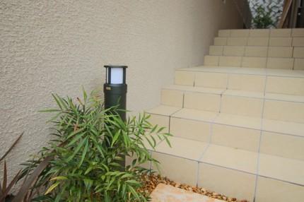 階段も照らすアプローチ灯