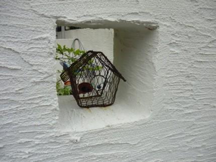 角窓に小物を