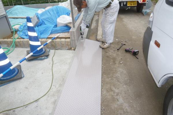 縞鋼板施工中